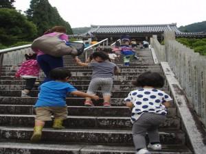 階段を上がって…