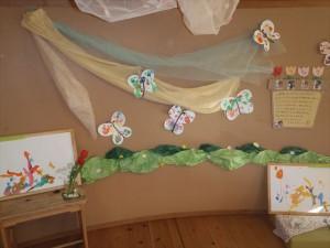 春の製作ちょうちょ。絵具で手形や絵を描いて半分にペタッと折りデカルコマニーで仕上げました