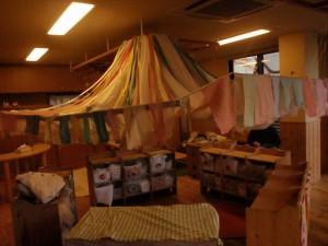 「カラフルハウス」 一人ひとりが好きな色を混ぜて染めた布を使いお家を作りました。
