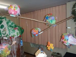 奥の部屋には、はりこのフクロウや紙粘土の鳥がいます。