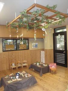 上には葉っぱのモビール、下には親子製作の紙粘土で作った動物が中心に飾られています。