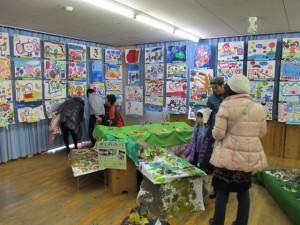 奥の部屋では夏の紙粘土製作と描画を展示していました。