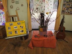 保育園の周りには葉っぱや木の実がいっぱい!版画をしたり、いちょうで花束を作ってあそびました。