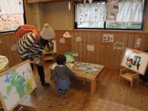 いつもと少し違う部屋の雰囲気を楽しみながら、親子で作品を見て下さっている様子です。