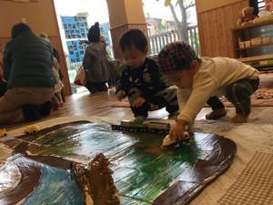 手作り道路!!乗り物好きの子どもたちにはたまらない!!人気の作品の1つでした。
