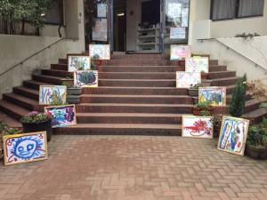 正面玄関では子どもたちが描いた絵が飾られています。